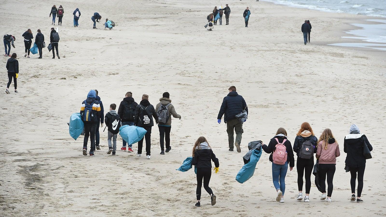 Wetter-Ticker: Saubermachen als Event - Hunderte Helfer putzen Strand auf Usedom