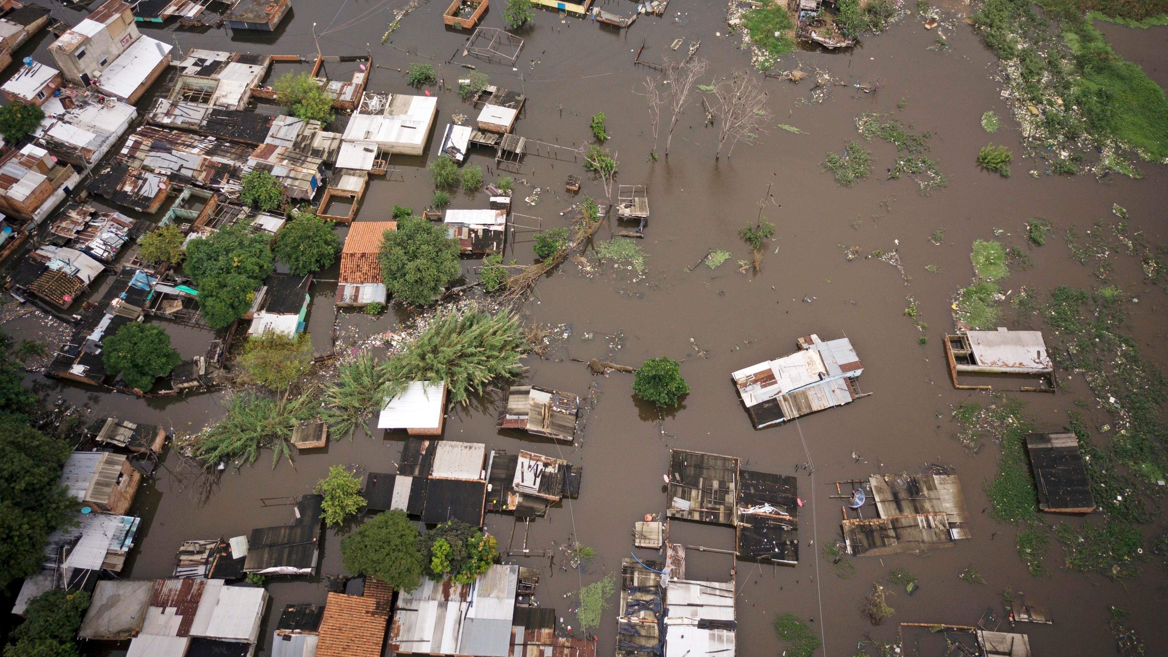 dpatopbilder - 11.05.2019, Paraguay, Asuncion: Die Luftaufnahme zeigt das ¸berschwemmte Viertel Ricardo Brugada, haupts‰chlich als La Chacarita bekannt, in der Hauptstadt von Paraguay. Nach heftigem Regen sind in Paraguay zahlreiche Dˆrfer, Felder und Straflen ¸berschwemmt worden. Im S¸den des s¸damerikanischen Landes erreichte der Paraguay-Fluss an vielen Stellen kritische Pegelst‰nde. Foto: Jorge Saenz/AP/dpa +++ dpa-Bildfunk +++