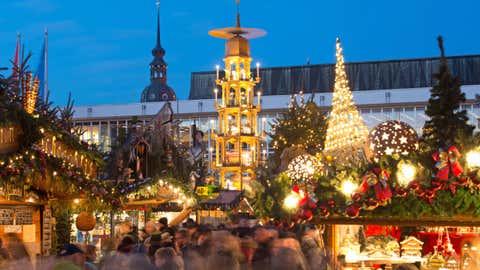 ARCHIV - 28.11.2018, Sachsen, Dresden: Die Weihnachtspyramide dreht sich hinter den Verkaufsst‰nden auf dem Striezelmarkt.(zu dpa ´Weihnachtsm‰rkte in der Pandemie: Wo und wie sie stattfindenª) Foto: Sebastian Kahnert/dpa +++ dpa-Bildfunk +++
