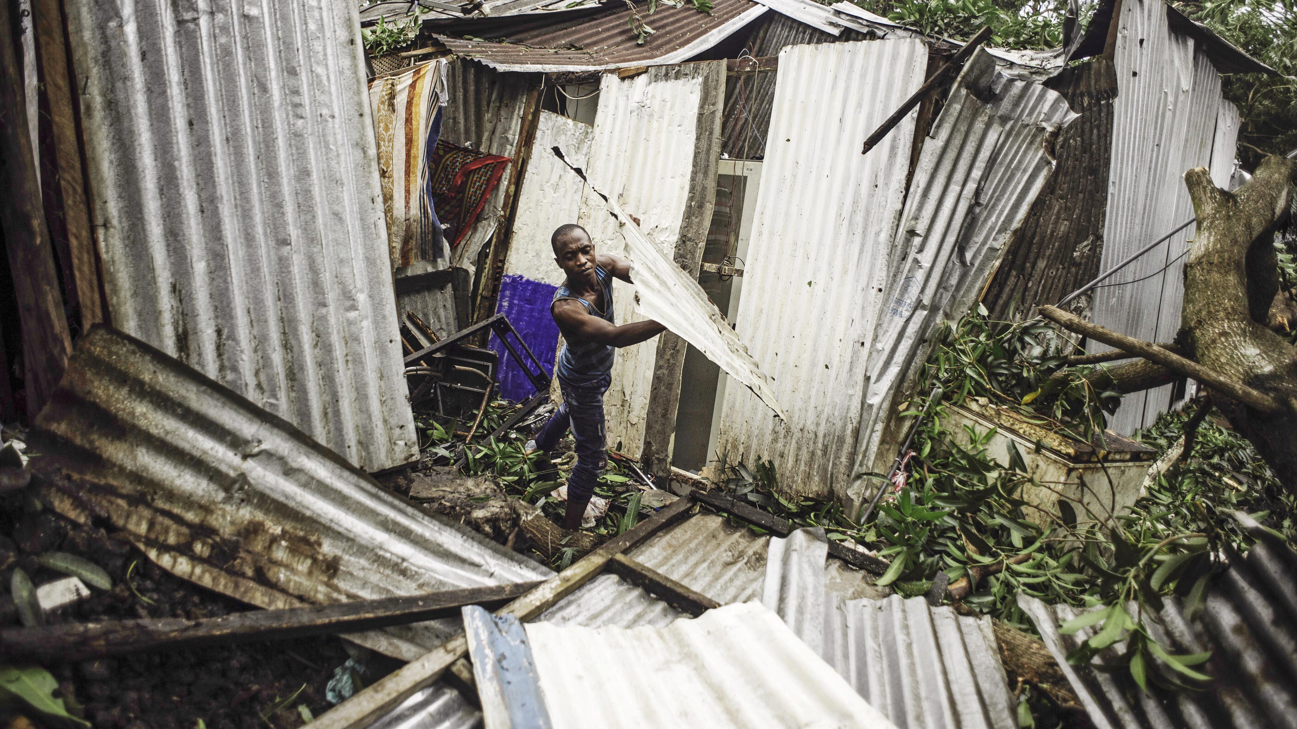 dpatopbilder - 25.04.2019, Komoren, Moroni: Ein Mann r‰umt die Sch‰den auf, die der Zyklon ´Kennethª ¸ber Nacht an einer Wellblechh¸tte hinterlassen hat. Wenige Wochen nach dem verheerenden Zyklon ´Idaiª kˆnnte ein weiterer tropischer Wirbelsturm im S¸dosten Afrikas grofle Verw¸stung anrichten. Quasi die gesamte Bevˆlkerung der Komoren, fast 760 000 Menschen, lebt in der Schneise des Zyklons ´Kennethª. Foto: Louis Witter/Le Pictorium Agency via ZUMA/dpa +++ dpa-Bildfunk +++