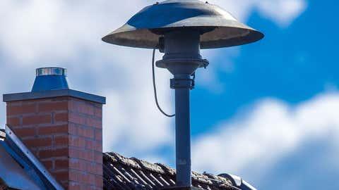 ARCHIV - 07.09.2020, Mecklenburg-Vorpommern, Lassahn: Eine Alarmsirene steht auf einem Hausdach. Vor den extremen Überschwemmungen im Westen Deutschlands ist nur ein Teil der Bevölkerung mit Sirenengeheul gewarnt worden. (zu dpa «Bei Sirenen fehlt bundesweiter Überblick - Bund hatte Geld angeboten») Foto: Jens Büttner/dpa-Zentralbild/dpa +++ dpa-Bildfunk +++