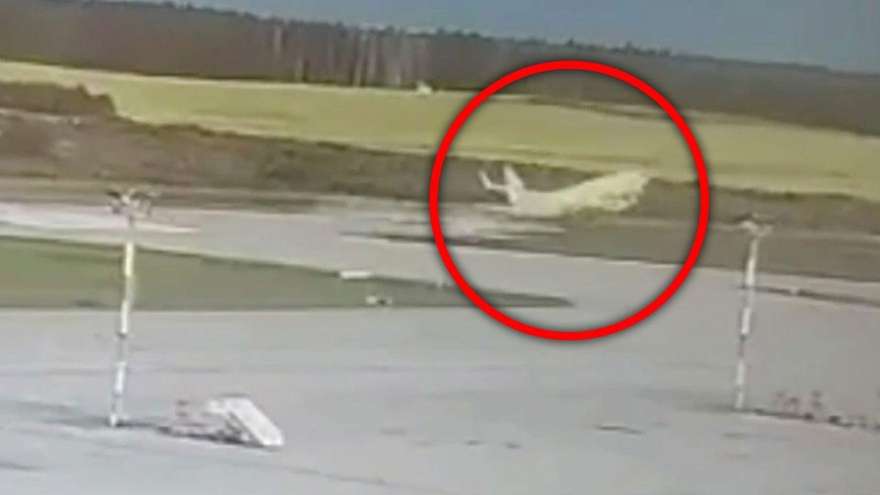 Dramatische Szene, gefilmt von einer Überwachungskamera: Auf dem Flughafen Domodedovo in Russland rast eine Boeing 737 Passagiermaschine über die Startbahn hinaus. Dabei zerstört das Flugzeug mit 150 Menschen an Bord die Startbahnbeleuchtung.