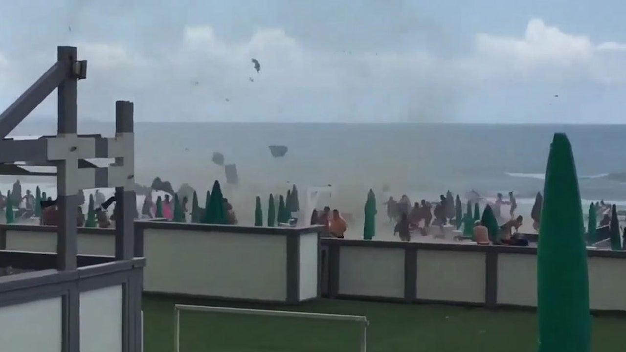 Eine Wasserhose hat in der süditalienischen Stadt Castel Volturno bei Neapel für Chaos am Strand gesorgt. Sie baute sich schlagartig auf und überraschte die dortigen Badegäste.