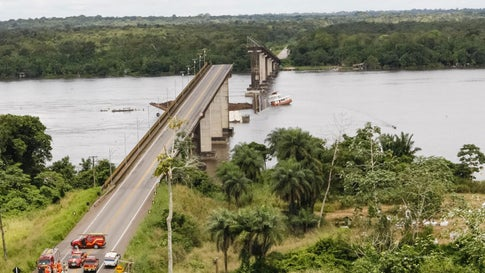HANDOUT - 06.04.2019, Brasilien, Para: Dieses von der Regierung von Para zur Verfügung gestellte Foto zeigt ein Fährschiff das kollidierte mit einer Brückenpfeiler, wodurch ein Teil der Brücke im Moju-Fluss, Staat Para, einstürzte. Para Gouverneur Helder Barbalho erzählt Reportern, dass Zeugen berichtet haben, dass zwei Kleinwagen aufgrund des Unfalls am Samstag ins Wasser gefallen sind. Taucher sind auf der Suche nach Überlebenden. Es ist nicht klar, wie viele Personen in den Autos waren. Foto: Fernando Araujo/Para Government/AP/dpa