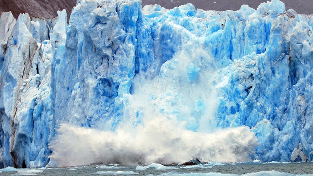 Im Eis des Südpolarmeers nähern sich zwei große Risse immer weiter an. Treffen sie sich, wird sich ein riesiger Eisberg ablösen. Das kann schon sehr bald passieren - laut ESA-Wissenschaftler sind die Spalte nur noch wenige Kilometer voneinander entfernt.