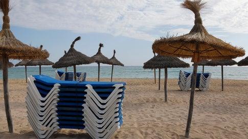 Palma: Blick auf den leeren Strand von El Arena auf Mallorca. Nach einer langen Serie von Rekordjahren bleiben die Touristen plötzlich weg.