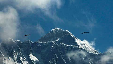 "ARCHIV - 27.05.2019, Nepal, Solukhumbhu: Vögel fliegen vor dem Mount Everest. (zu dpa ""Betrugsvorwurf am Mount Everest:Nepal sperrt Bergsteiger"") Foto: Niranjan Shrestha/AP/dpa +++ dpa-Bildfunk +++"