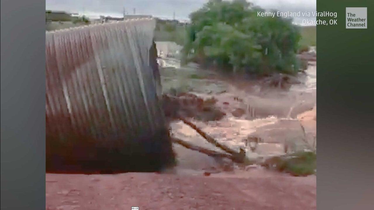 Wochenlanger Starkregen hat im Mittleren Westen der USA verheerende Überschwemmungen ausgelöst. In der Stadt Oklahoma City im US-Bundesstaat Oklahoma rissen die Wassermassen eine Straße mit.