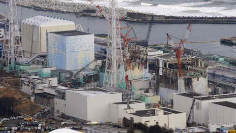 ARCHIV - 11.03.2012, Japan, Okuma: Drei geschmolzene Reaktoren, Block 1 (l-r), Block 2 und Block 3, m zerstörten Atomkraftwerk Fukushima Daiichi. Japans Regierung will die Entsorgung der verbleibenden Brennstäbe aus den beim Atomunglück von Fukushima beschädigten Reaktoren aus Sicherheitsgründen um mehrere Jahre verschieben. Foto: Kyodo News/AP/dpa