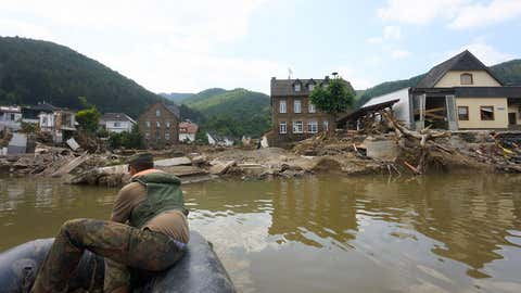 20.07.2021, Rheinland-Pfalz, Rech: Die Ahrtalbrücke in Rech ist durch das Hochwasser total zerstört. Zur Zeit kann man den Fluss Ahr nur mit dem Schlauchboot der Bundeswehr überqueren. Eine Behelfsbrücke ist im Bau. Foto: Thomas Frey/dpa +++ dpa-Bildfunk +++