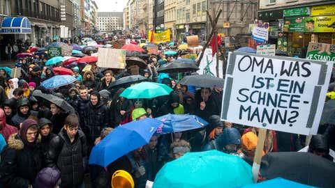 """15.03.2019, Bayern, München: Mehrere tausend Schüler beteiligen sich an der """"Fridays for Future""""-Klimademonstration. Es ist eine Protestwelle für mehr Klimaschutz, und das rund um den Erdball: Hunderttausende Jugendliche demonstrieren an diesem Freitag in mehr als 100 Staaten unter dem Motto «Fridays for Future» für drastische Schritte gegen die Erderwärmung. Foto: Sina Schuldt/dpa +++ dpa-Bildfunk +++"""
