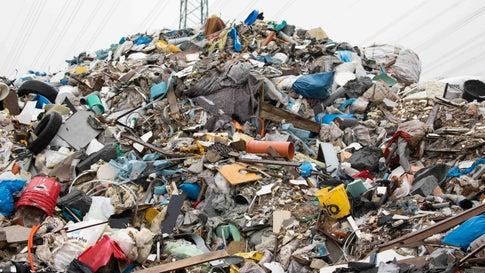 """ARCHIV - 08.10.2019, Schleswig-Holstein, Norderstedt: Müll und anderer Unrat liegt auf einem Gelände in Norderstedt. Mögliche Umwelt- und Gesundheitsrisiken einer seit Jahren verwahrlosten Müllkippe in Norderstedt sollen mit Hilfe von Grundwasserproben festgestellt und danach über das weitere Vorgehen entschieden werden. (zu dpa """"Verwahrloste Mülldeponie in Norderstedt - Behörden prüfen Gefahr"""") Foto: Christian Charisius/dpa +++ dpa-Bildfunk +++"""