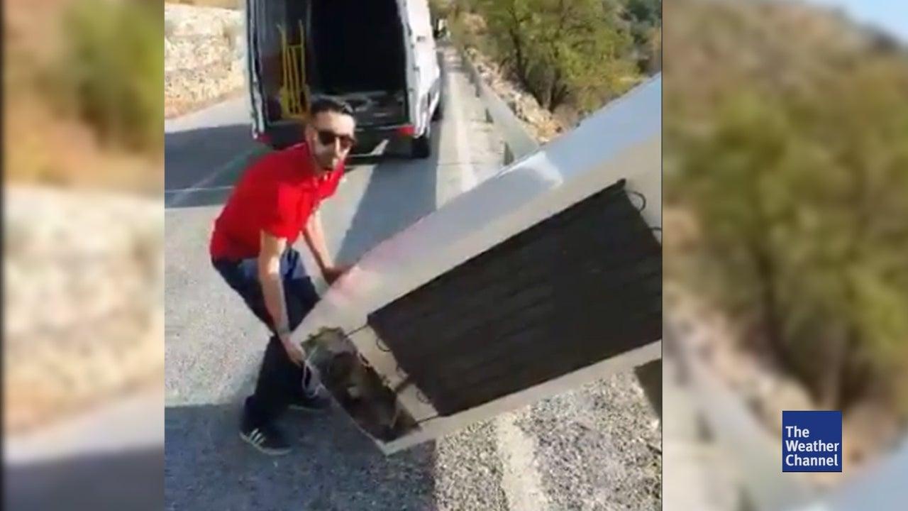 Dumm gelaufen ist die illegale Entsorgung eines Kühlschranks für einen Umweltsünder in Südspanien: Der Mann hatte das ausgediente Gerät über eine Klippe einen Abhang hinuntergeworfen, um es illegal in der Natur zu entsorgen.