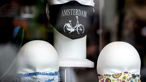 Niederlande, Amsterdam: Stoff-Masken sind auf Modellköpfe in einem Schaufenster dekoriert.