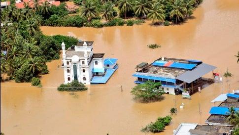 Das von der indischen Marine veröffentlichte Foto zeigt die Luftaufnahme von einem überfluteten Ort im Bezirk Malappuram.