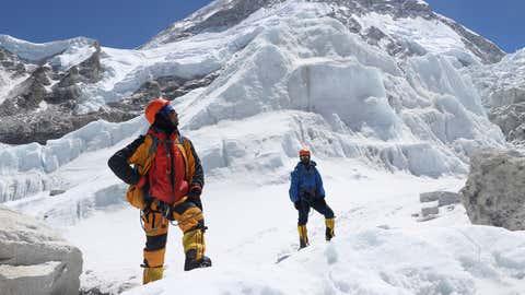 Khim Lal Gautam (l) schaut auf dem Weg zum Lager 1 auf dem Mount Everest nach oben. Die meisten Abenteurer versuchen die Todeszone oben auf dem Mount Everest schnell zu verlassen. Aber Khim Lal Gautam musste länger bleiben.