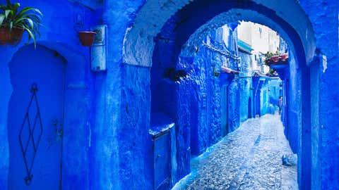 Die Altstadt Chefchaouen ist in leuchtendes Blau gehüllt. Die Stadt wurde 1471 gegründet. Ende des 15. Jahrhunderts siedelten sich hier muslimische und jüdische Flüchtlinge aus Andalusien an. Foto: GettyImages