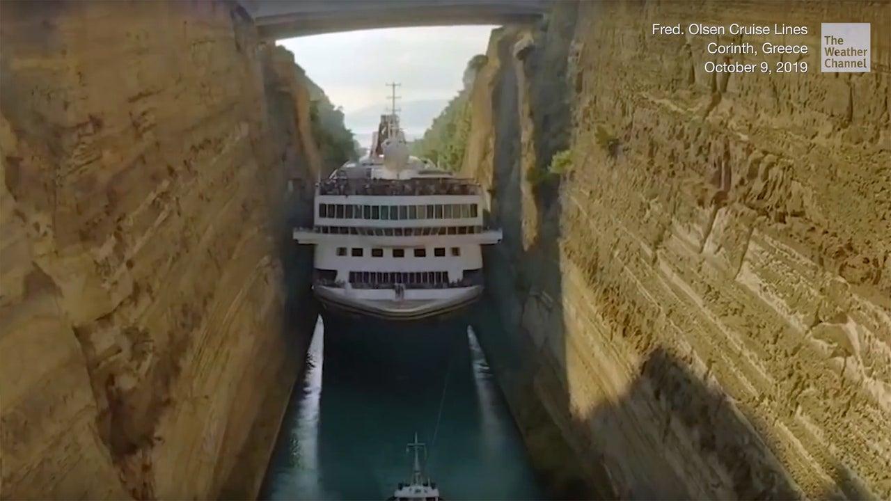 """Die """"MS Beamer"""" ist das größte Schiff, das jemals den Kanal von Korinth durchquert hat. Das Schiff hat eine Länge von knapp 196 Metern und eine Breite von 22,5 Metern. Der Kanal ist gerade einmal 24 Meter breit. Damit bliebt ein Meter Platz auf jeder Seite. Knappe Sache!"""