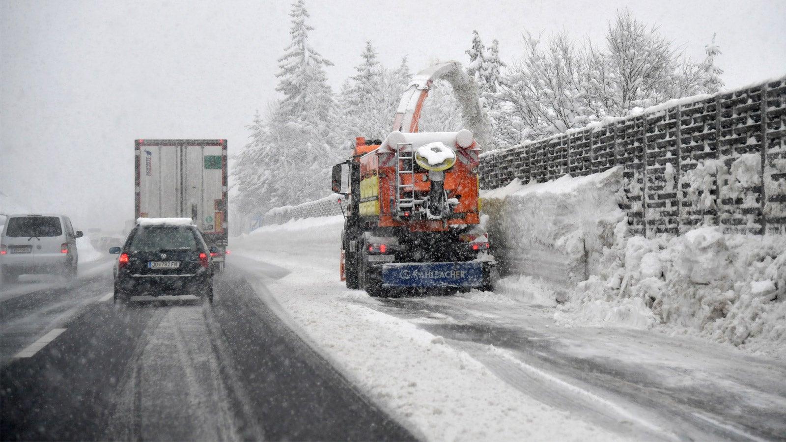 08.01.2019, Österreich, Salzburg: Autos fahren über eine verschneite Autobahn. In weiten Teilen Österreichs sind in den letzten Tagen erhebliche Mengen an Schnee gefallen. Foto: Barbara Gindl/APA/dpa +++ dpa-Bildfunk +++  Credit: dpa