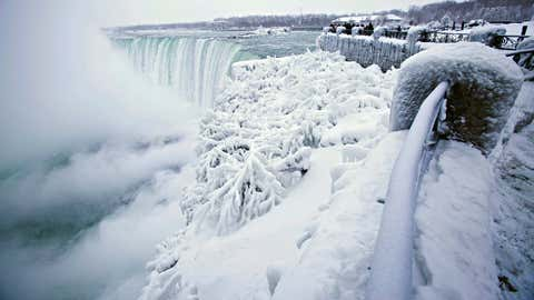 dpatopbilder - Touristen fotografieren am 29.12.2017 in Niagara Falls (Kanada) die teilweise vereisten Niagarafällen. Foto: Aaron Lynett/The Canadian Press/AP/dpa +++(c) dpa - Bildfunk+++