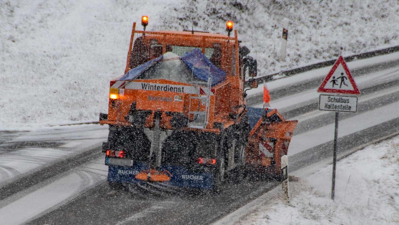 04.01.2019, Bayern, Hunderdorf: Ein Fahrzeug vom Winterdienst räumt den Schnee von einer Straße. Foto: Armin Weigel/dpa