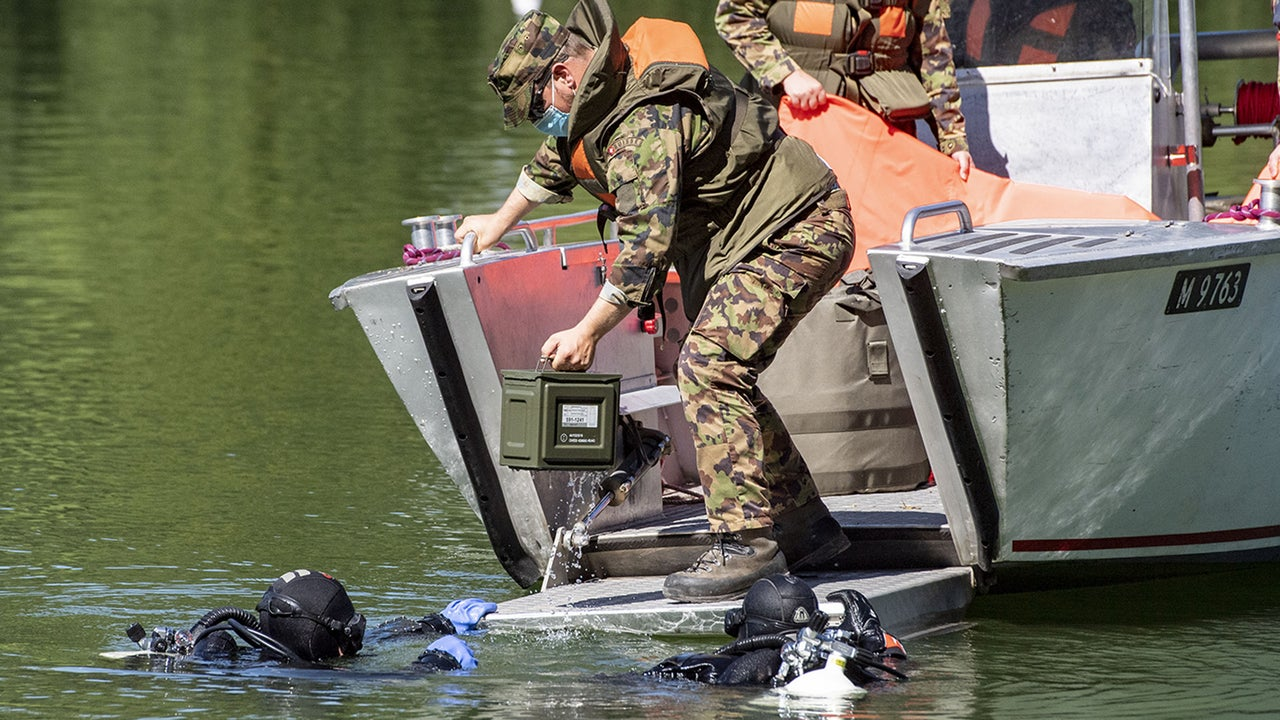 Taucher der Wasserpolizei und das Schweizer Militär konnten am Donnerstag 20 Handgranaten aus dem Rotsee im Kanton Luzern bergen. Am Grund des Sees liegt seit über 100 Jahren Kriegsmunition. In der Vergangenheit sind Spaziergänger und Angler auf die explosiven Funde gestoßen.