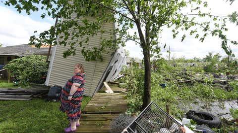 13.04.2019, USA, Franklin: Angel Funk steht im Hinterhof ihres Wohnhauses. Das Haus der Frau wurde bei einem Unwetter vom Wohnmobil ihrer Nachbarin getroffen, aber sie und ihr Mann, die zu dieser Zeit zu Hause waren, blieben unversehrt. Bei schweren Unwettern mit Tornados und Hagelstürmen im Osten des US-Staats forderten mindestens zwei Todesopfer und zahlreiche Verletzte. Foto: Laura Mckenzie/College Station Eagle via AP/dpa +++ dpa-Bildfunk +++