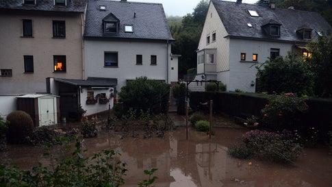Umgestürzte Bäume, überschwemmte Straßen: Heftige Unwetter wüten bis in die Nacht