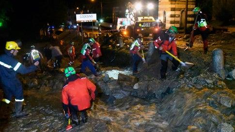 Unwetter: Schlammlawine wälzt sich durch Dorf – Touristengruppe von Blitz getroffen