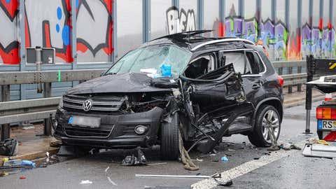 05.05.2021, Nordrhein-Westfalen, Wuppertal: Ein zerstörtes Auto steht auf der A1 bei Wuppertal. Bei Hagel kam es zu mehreren Unfällen auf der Autobahn, die voll gesperrt wurde. In dem Wrack starb eine Person, weitere wurden bei den Unfällen verletzt.     (zu dpa «Ein Toter und Vollsperrung auf der A1 nach Unfällen bei Wuppertal») Foto: Christoph Petersen/dpa - ACHTUNG: Kennzeichen wurden aus rechtlichen Gründen gepixelt +++ dpa-Bildfunk +++