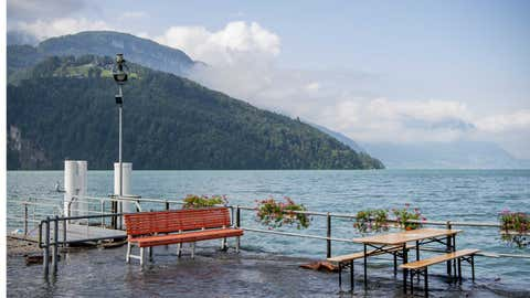 18.07.2021, Schweiz, Brunnen: Hochwasser überschwemmt einen Schiffsanlegeplatz. Das Hochwasser am Vierwaldstättersee hat sich stabilisiert. Foto: Urs Flueeler/KEYSTONE/dpa +++ dpa-Bildfunk +++