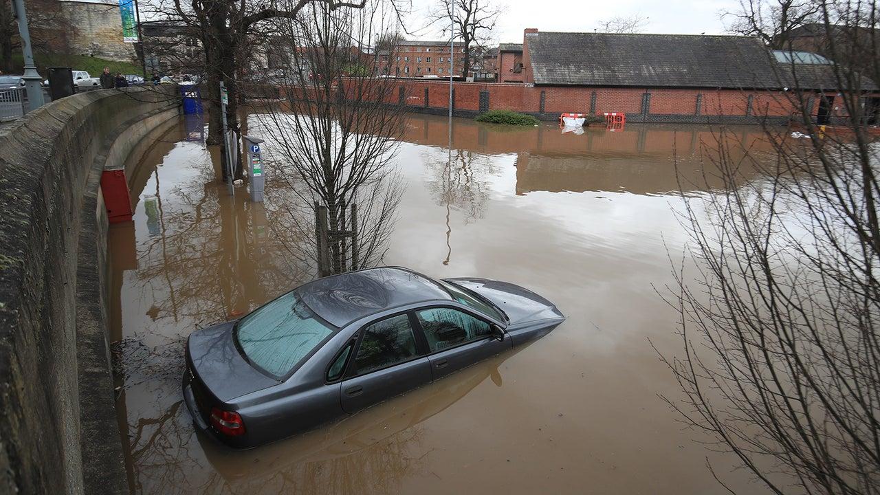 Sturm Dennis - bei uns Victoria - hat enorme Schäden in Großbritannien und Frankreich angerichtet. In England gab es 600 Hochwasser-Warnungen an einem Tag.