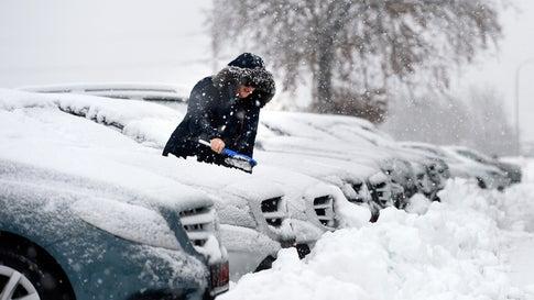 Wintereinbruch im Westen: Unfälle und Straßensperrung nach Schneefällen