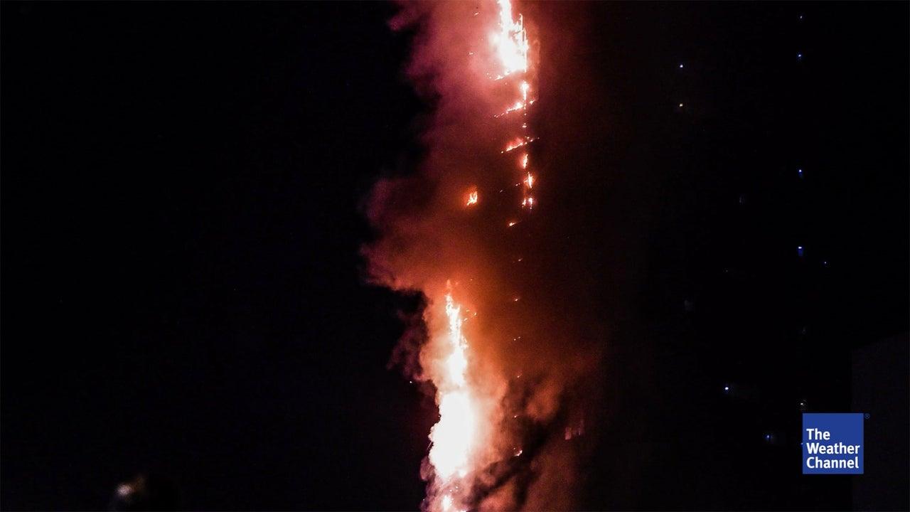 In den Vereinigten Arabischen Emiraten ist ein Wolkenkratzer in Brand geraten. Am Dienstag war zu sehen, wie Flammen an den Seiten des 49-stöckigen Abbco Towers im Emirat Schardscha hochschossen. Feuerwehrleute, Polizisten und Schaulustige umringten das brennende Gebäude. Das Feuer brach Berichten zufolge am Dienstag gegen 21 Uhr Ortszeit aus. Mittlerweile sei das Feuer unter Kontrolle. Die Brandursache war zunächst unklar. Die Bewohner des Hochhauses konnten noch rechtzeitig gerettet werden. Wie örtliche Medien berichten, gab es zwölf Verletzte. In den Vereinigten Arabischen Emiraten kam es in den vergangenen Jahren immer wieder zu Hochhausbränden.