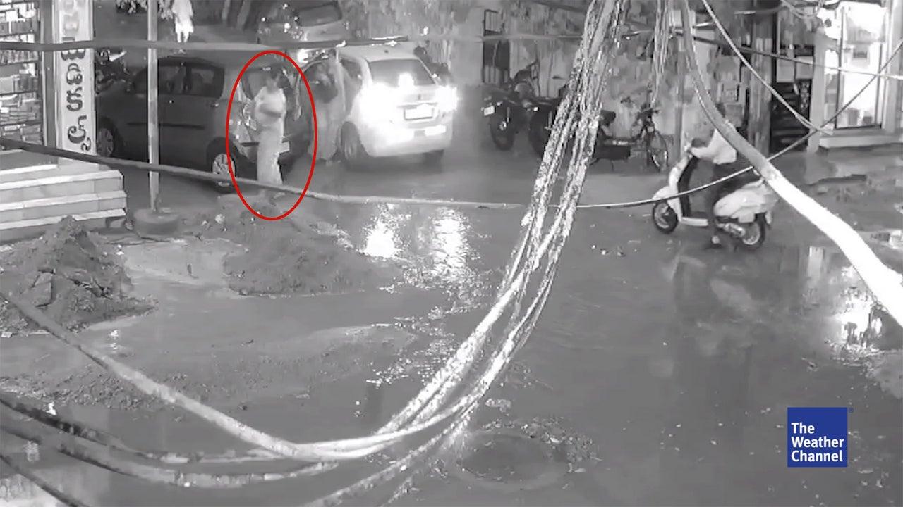 In Peerzadiguda, einem Vorort der indischen Stadt Hyderabad erlebt eine Mutter einen Schock. Sie will mit ihrem Baby auf dem Arm die Straße überqueren. Als sie in eine Pfütze tritt, werden sie und ihr Baby plötzlich von der Pfütze verschluckt.