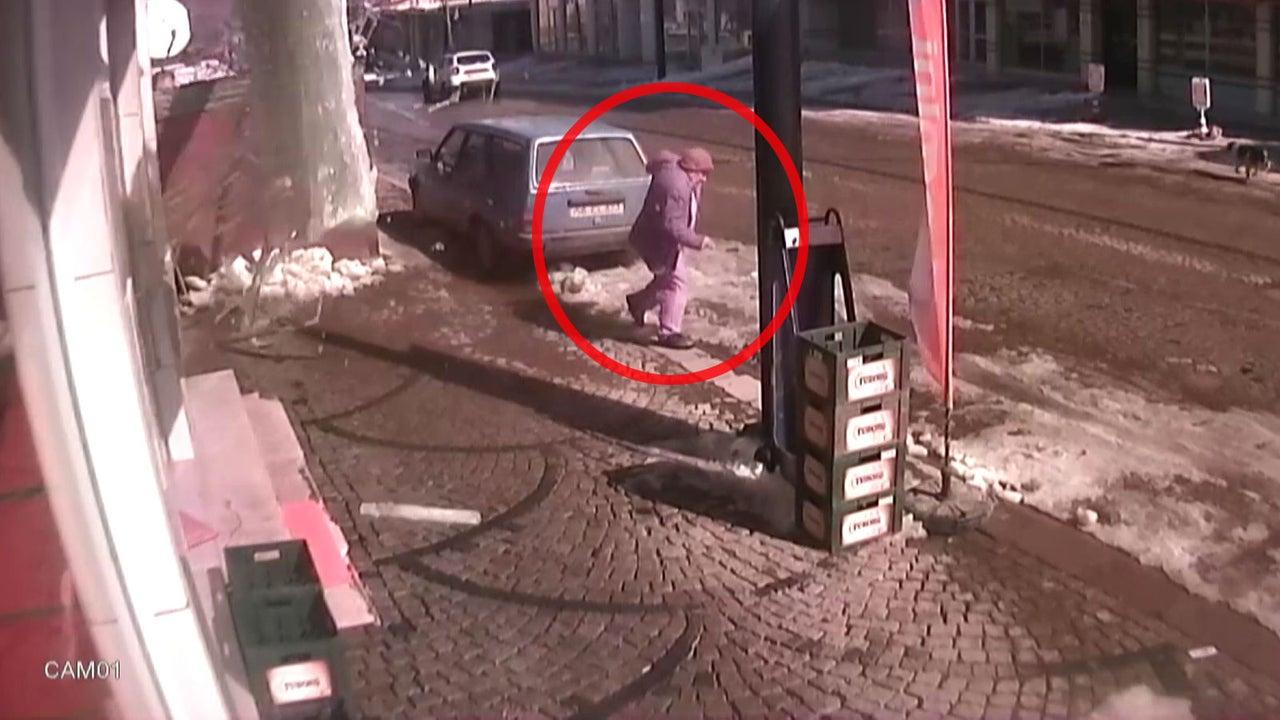 Eine riesige Eisplatte löst sich plötzlich vom Dach eines fünfstöckigen Hauses, als dieser 58-jährige Mann aus der Türkei daran vorbeigeht.