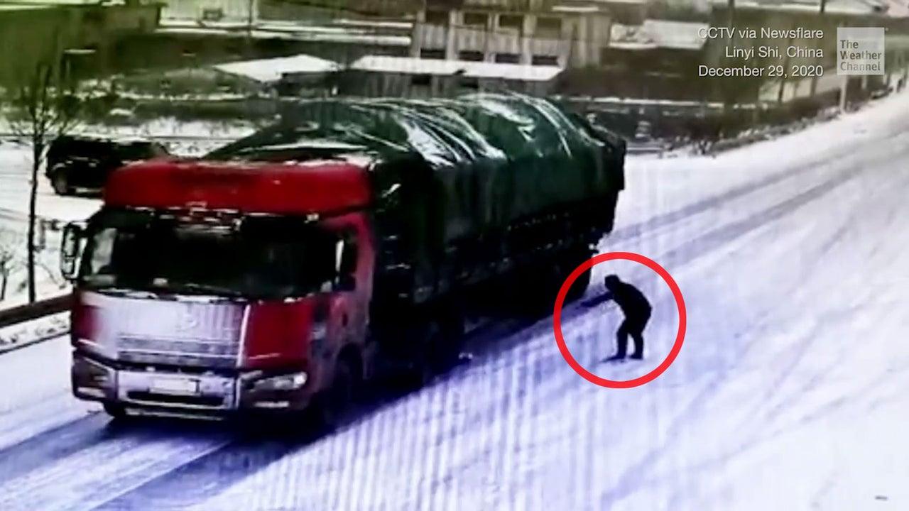 Das war knapp: Ein Lkw-Fahrer verlor an einem vereisten Hügel in China die Kontrolle über seinen Lastwagen und rutschte rückwärts den Abhang hinunter. Doch zwei Helfer hatten sofort die Lösung parat.