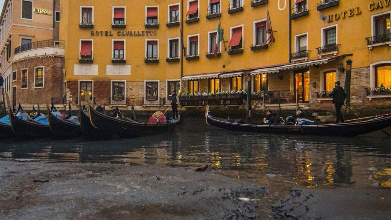 In Venedig bietet sich dieser Tage ein ungewohnter Anblick. Derzeit sitzt die Lagunenstadt auf dem Trockenen. Gondeln stecken im Matsch fest, die Fundamente der Stadthäuser sind teils zu sehen. Dieser Anblick ist selten, denn die Lagunenstadt gilt eher als eine hochwassergefährdete Stadt.