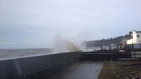 Waves pounding the sea walls along Boundary Bay at peak of King Tide. (NEWS 1130 File Photo)