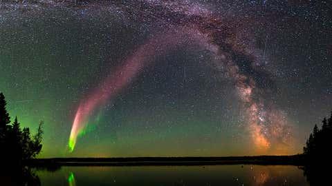 La fotografía es una composición de 11 imágenes de STEVE y la Vía Láctea, sobre el lago Childs, en Alberta (Canadá). KRISTA TRINDER vía NASA