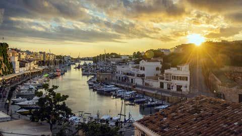 La entrada del mar en el puerto de Ciudadela, en Menorca. STEFANO POLITI MARKOVINA / GETTY