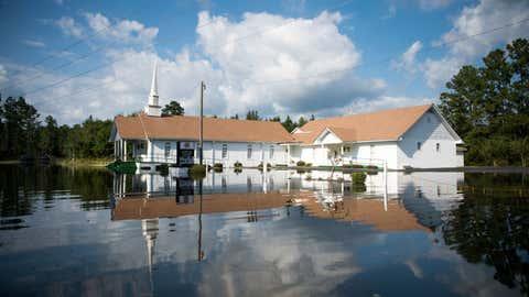 Una iglesia baptista destaca sobre el agua de las inundaciones, en Carolina del Sur (EEUU). SEAN RAYFORD / GETTY