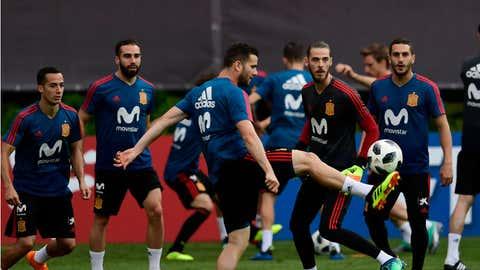Nacho Fernández controla el balón frente a la mirada del portero De Gea, en un entrenamiento de la selección en el Mundial de Rusia. PIERRE-PHILIPPE MARCOU / AFP / GETTY