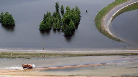 Un camión bordea el Mississippi desbordado, en Vicksburg, en 2011. MARIO TAMA / GETTY