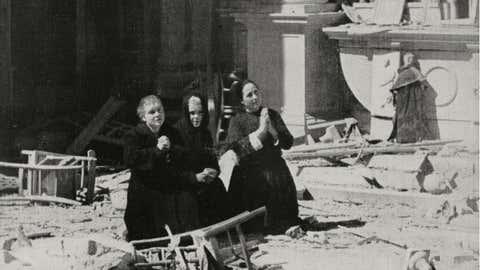 Unas mujeres rezan sobre los escombros de una iglesia destruida tras los bombardeos de los aliados, en Cagliari (Italia). DE AGOSTINI PICTURE LIBRARY / GETTY