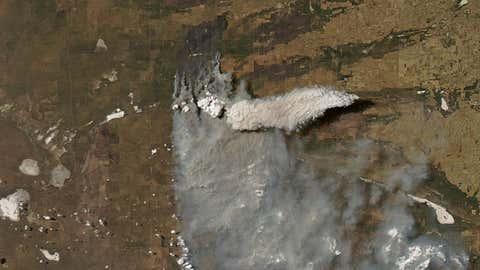 Una nube de fuego asciende sobre la Pampa argentina. Jeff Schmaltz / NASA