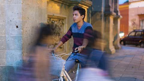 Un joven, sobre una bicicleta, en Oaxaca, en México. MATT HENRY GUNTHER / GETTY