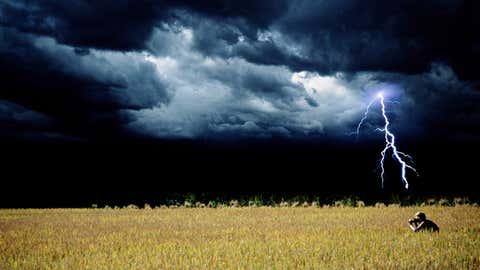 La composición muestra a una mujer en cuclillas, durante una tormenta. PETE TURNER / GETTY