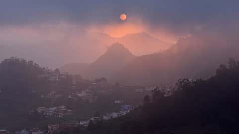 La niebla comeinza a cubrir el valle de Las Mercedes, al noreste de Tenerife. MAREK STEPAN / GETTY