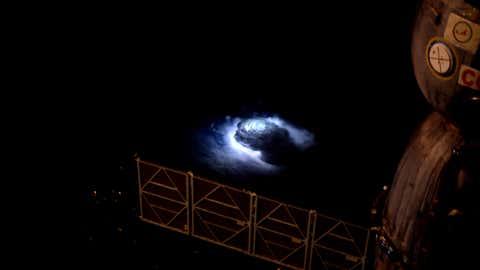 El astronauta de la Agencia Europea Espacial Andreas Mogensen tomó esta imagen de una tormenta, desde la Estación Espacial Internacional, en 2015. ESA / NASA